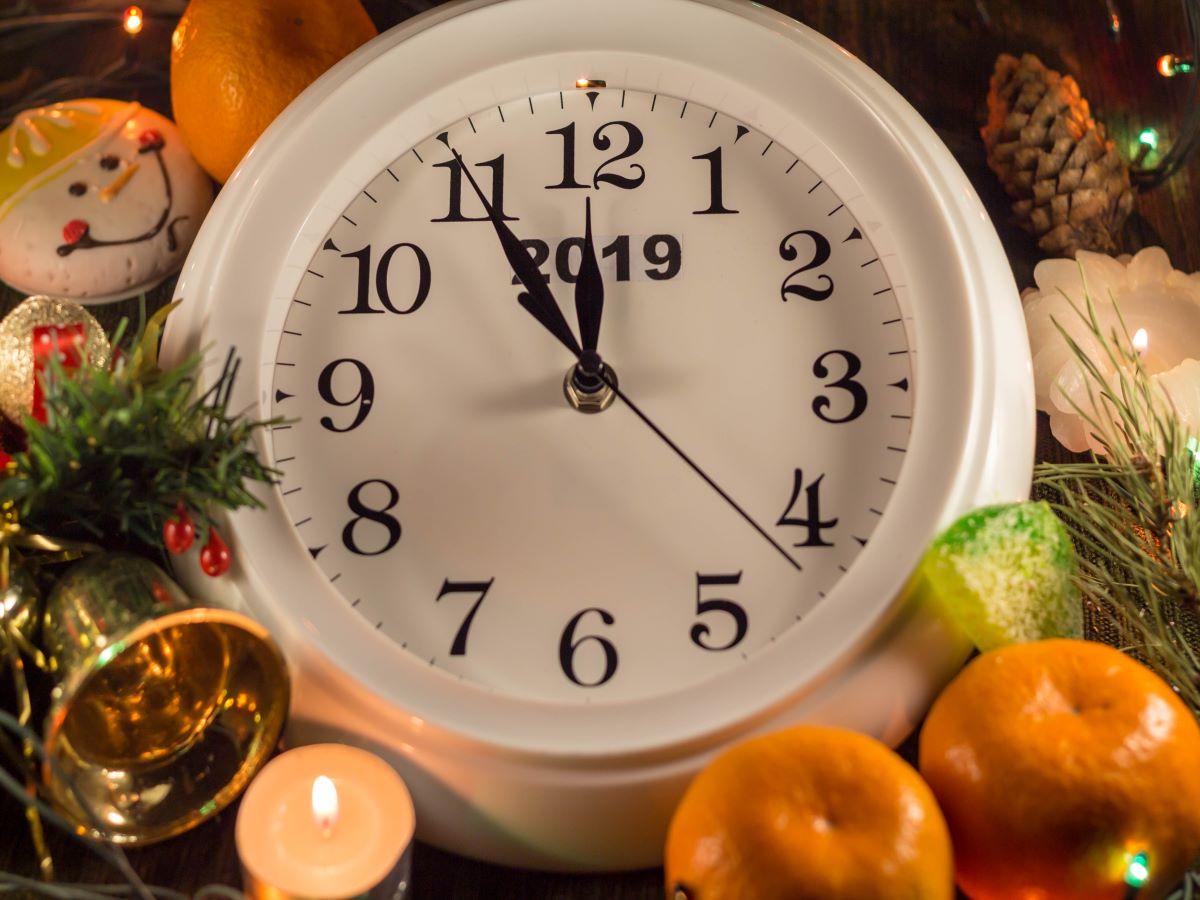 Canva – White Analog Clock